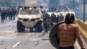 Presidentti Nicolas Maduroa vastustava mielenosoittaja Caracasissa, Venezuelassa.