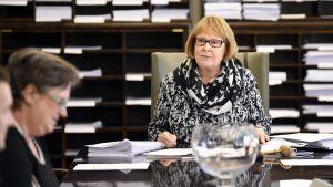 Perustuslakivaliokunnan puheenjohtaja Annika Lapintie valiokunnan kokouksessa eduskunnassa Helsingissä 12. toukokuuta 2017.