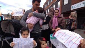 Turvapaikanhakijoita Inkeroisten vastaanottokeskuksen edessä