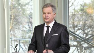 Presidentti Sauli Niinistö valmistautuu pitämään Yleisradion televisioimaa muistopuhetta lauantaiaamuna.