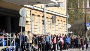 Ihmiset jonottavat presidentinlinnaan avoimien ovien päivänä