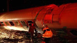 Pelastustyöntekijöitä onnettomuuspaikalla Thessalonikin lähellä Kreikassa lauantai-iltana.