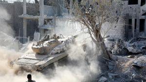 Armeijan tankkeja etenemässä Qabounin läpi Damaskoksessa, syyriassa 13. toukokuuta.