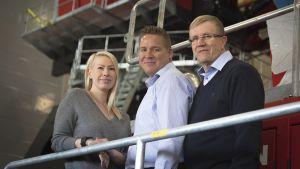 Uusi toimitusjohtaja Mia Mantsinen, materiaalinkäsittelykoneyksikön liiketoimintajohtaja Tapio Pirinen ja väistyvä toimitusjohtaja Martti Toivanen.