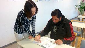 Turvapaikanhakija ja suomen kielen opettaja