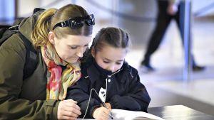 Sanna Korte ja hänen viisivuotia tyttärensä kirjoittivat surunvalittelukirjaan nuimensä 16. toukokuuta.