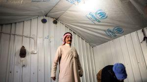 kaksi miestä pakolaisleirin majassa