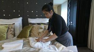 Kerroshoitaja Jolene Boudavong taittelee pyyhkeitä kukaan muotoon Arctic Light Hotellissa.