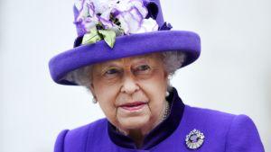 Elisabet violetissa hatussa, jossa samanvärisiä kukkakoristeita.