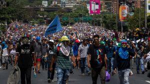 Hallituksen vastaisia mielenosoittajia marssii kadulla Caracasissa, Venezuelassa.