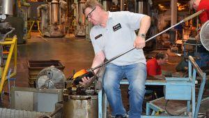 Lasinpuhaltaja Keijo Kopra valmistamassa Aalto-maljakkoa Iittalan lasitehtaalla.