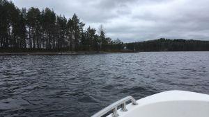 Veneellä kohti saarta
