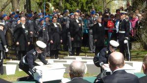 38 tunnistamattoman suomlaissotilaan jäänteet laskettiin yhteishautaan Lappeenrannassa.