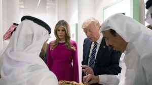 Donald ja Melania Trump kuningas Salmanin (oikealla) järjestämällä vastaanotolla Riadissa.