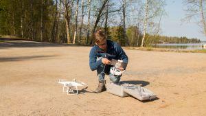 Kuvauskopteriharrastaja Tarmo Pajunen valmistelee kopteria lennolle