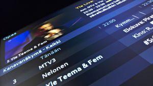 Television pikkukuvassa näkyy Yle Liven taltiointi Jaakko Laitisen ja Väärän Rahan keikasta. Etualalla näkyy suomalaisten televisiokanavien luettelo.