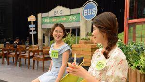 Han Song-yee (vasemmalla) ja Shin Eun-ha odottavat nauhoituksen alkua.