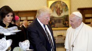 Donald Trump vaimoineen kuvattuna paavi Franciscuksen kanssa Vatikaanissa 24. toukokuuta 2017.
