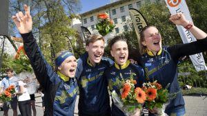 Ruotsin voittajajoukkue Karolin Ohlsson, Emil Svensk, Jonas Leandersson ja Helena Jansson sprinttiviestissä suunnistuksen maailmancupin osakilpailussa Turussa 24. toukokuuta 2017.