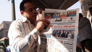 Mies lukee arabiankielistä lehteä Egyptissä