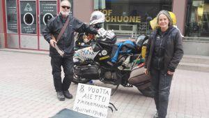 Dan Storup ja Lola Ramon seisovat moottoripyöränsä edessä