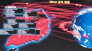 Työntekijät seuraavat internetin hallintapaneelilta haittaohjelman toimintaa Etelä-Koreassa