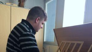 Christopher Grills soittaa klavikordia.