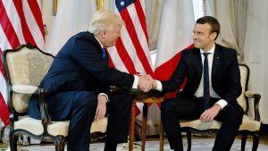 Yhdysvaltain presidentti Donald Trump ja Ranskan presidentti Emmanuel Macron kättelivät