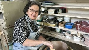 Maija-Leena Hay työskentelee yhä säännöllisesti. Keväällä hän järjesti taiteilijaystävänsä kanssa myyntinäyttelyn jo 45. kerran.