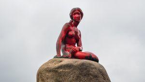 Kööpenhaminan Pieni merenneito punaiseksi värjättynä.