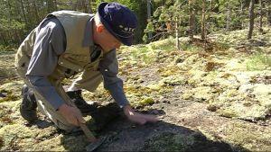 Geologi Paavo Härmä tutkii graniittikalliota Virolahdella