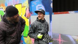 Tuomas Laajoki ja Jirka Pentti korjaamassa tuhoja Urban parkissa