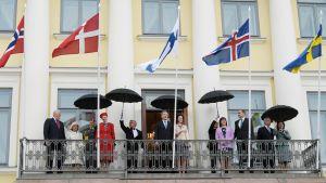 Pohjoismaiden valtionpäämiehet vilkuttavat presidentinlinnan parvekkeella.