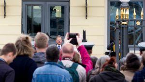 Sauli Niinistö Presidentinlinnan edessä.