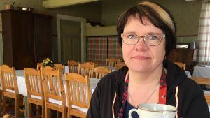 Itämäentalon yrittäjä Kaisa Loppi tarjoaa aina kahvit perinteikkäästä kultareunaisesta kuppiparista.