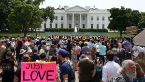 Mielenosoittajia Valkoisen talon edustalla