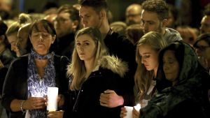 Manchesterilaisia pommi-iskun muistotilaisuudessa St. Annin aukiolla toukokuun 29. päivänä.