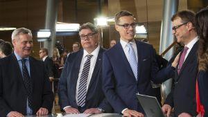 Antti Rinne, Timo Soini, Alexander Stubb ja Juha Sipilä eduskuntavaalien tulosillassa 2015.