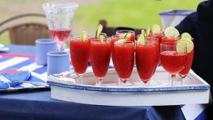 Kesäisiä drinkkejä puutarhajuhlissa.