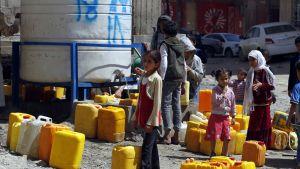 Jemenin pääkaupungissa Sanaassa on koleratapusten määrän kasvaessa lisätty pisteitä, joista saa puhdasta juomavettä.