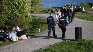 Poliisi valvoi nuorison illanviettoa Helsingin Kaivopuistossa lauantaina.