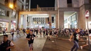 Väkijoukko pakenee San Carlon aukiolta Torinossa 3. kesäkuuta 2017.