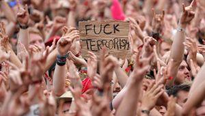 Fuck terrorism -kyltti väkijoukossa.