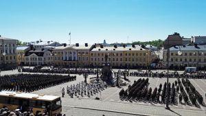 Puolustusvoimien paraati Senaatintorilla.