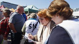 Presidentti Sauli Niinistön kampanjan kannattajakorttien keruuta.
