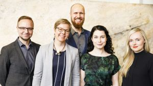 Vihreiden puheenjohtajaehdokkaat vasemmalta, Olli-Poika Parviainen, Krista Mikkonen, Touko Aalto, Emma Kari ja Maria Ohisalo ryhmäkuvassa vihreiden puoluevaltuuskunnan kokouksessa.