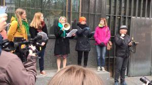 Mielenosoituksen järjestäjät Kelan edustjaan kanssa Kelan päätalon edustalla.