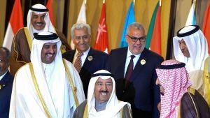 Kuwaitin emiiri Sabah al Ahmad al Sabah ympärillään arabimaiden johtajia.