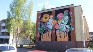 Taiteilija Essi Ruuskasen seinämaalaus kerrostalon seinässä