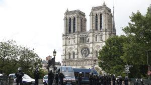 Ranskan poliisi vahvisti turvatoimia Notre Damen alueella.